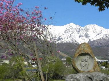 ホテル近くの道祖神と三山.jpg