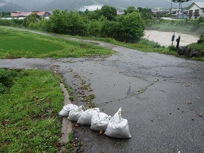 雨に荒れる川